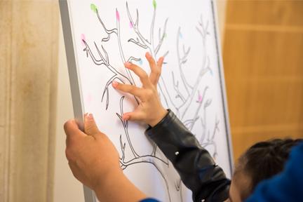 Bambina mette impronta su guestbook