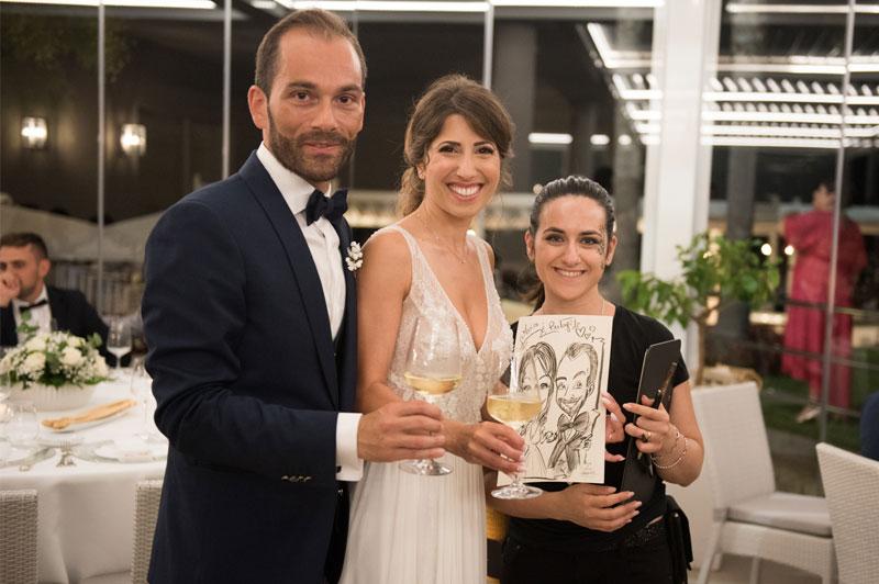 Caricaturista con gli sposi al matrimonio
