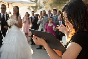 Caricaturista durante un matrimonio
