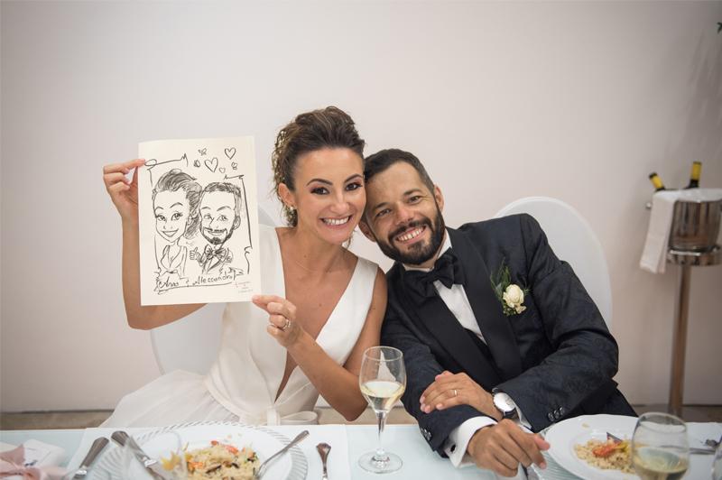 Caricaturista al matrimonio con la caricatura degli sposi